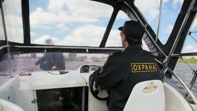 Il poliziotto dell'acqua fa funzionare il motoscafo di sicurezza nel collega di sorveglianza della carrozza archivi video