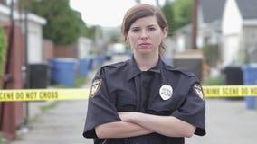 Il poliziotto femminile con le armi ha attraversato il hd video d archivio