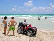 Il poliziotto in quadrato-ciclismo, le spiagge di Miami sorveglia Immagini Stock Libere da Diritti