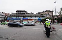 Il poliziotto regola il traffico locale Fotografia Stock