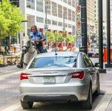 Il poliziotto sul cavallo controlla corretto Immagine Stock