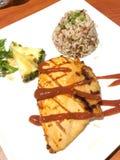 Il pollo arrostito con salsa è servito con il sala della frutta e del riso sbramato fotografie stock libere da diritti