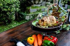 Il pollo arrosto, le erbe dell'aroma nell'alimento contribuisce a mangiare più Immagini Stock
