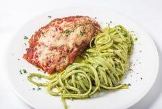 Il pollo con la pasta del linguine e del parmigiano in pesto sauce Fotografie Stock