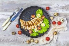 Il pollo con miele e la senape mettono in salamoia, lattuga, uova di quaglia, pomodori ciliegia fotografia stock