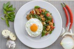 Il pollo croccante cucinato con basilico mangia con riso e l'uovo Immagine Stock