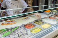 Il pollo di Shawarma arriva a fiumi una pita con gli ortaggi freschi e la crema Immagini Stock