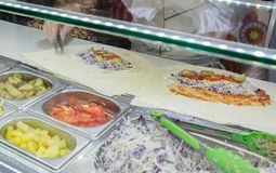 Il pollo di Shawarma arriva a fiumi una pita con gli ortaggi freschi e la crema fotografie stock