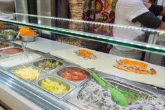 Il pollo di Shawarma arriva a fiumi una pita con gli ortaggi freschi e la crema fotografia stock