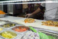 Il pollo di Shawarma arriva a fiumi una pita con gli ortaggi freschi e la crema fotografie stock libere da diritti