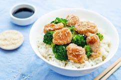 Il pollo ed i broccoli di Teriyaki mescolano la frittura con riso Fotografie Stock