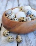Il pollo eggs in un piatto di legno su una tavola di legno Fotografie Stock Libere da Diritti