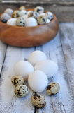 Il pollo eggs in un piatto di legno su una tavola di legno Fotografia Stock