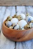 Il pollo eggs in un piatto di legno su una tavola di legno Immagini Stock
