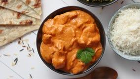 Il pollo fresco e saporito del burro è servito in ciotola ceramica Piatto tradizionale indiano archivi video