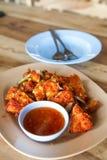 Il pollo fritto fresco su un piatto ha messo su una tavola di legno. Immagini Stock