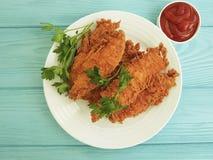 Il pollo fritto ha fritto la cena deliziosa nell'impanare, prezzemolo, ketchup del pranzo su di legno blu fotografie stock