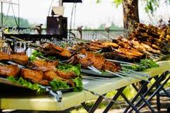 Il pollo fritto piccante, il kebab del pollo, trancio di pesce è preparato per la vendita come alimento della via fotografia stock libera da diritti