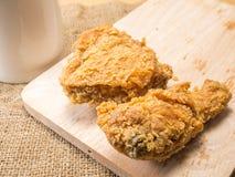 Il pollo fritto su uno spezzettamento vasto con un vetro ha messo su un fondo del sacco fotografia stock libera da diritti