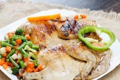 Il pollo ha fritto con le verdure su un tovagliolo di tela da imballaggio fotografie stock