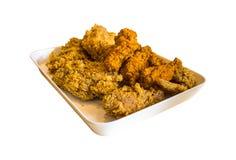 Il pollo ha fritto in un vassoio isolato su fondo bianco Fotografie Stock