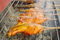 Il pollo ha grigliato con fumo che galleggia sulla stufa del ferro nel mercato Fotografia Stock Libera da Diritti