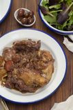 Il pollo ha preparato con vino rosso in piatto bianco immagine stock