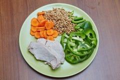 Il pollo o il tacchino cucinato fresco, due fette che si trovano su un verde plat Immagini Stock