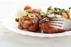 Il pollo rotola con bacon immagini stock
