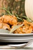 Il pollo, stufato in pomodoro, vino ed erba sauce Immagine Stock Libera da Diritti