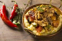 Il pollo tagliuzzato con le purè di patate e le verdure è servito nella t immagini stock