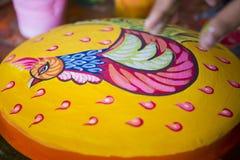 Il pollo variopinto sulla pittura delle terraglie localmente ha chiamato Sora-Chitro Immagine Stock