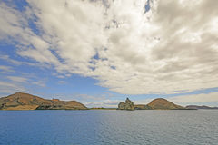 Il pomeriggio drammatico si rannuvola un'isola a distanza Immagini Stock Libere da Diritti