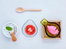 Il pomodoro alternativo di cura di pelle sfrega, fetta del pomodoro e sale marino s Fotografia Stock