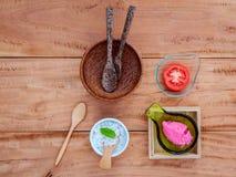 Il pomodoro alternativo di cura di pelle sfrega, fetta del pomodoro e sale marino s Fotografia Stock Libera da Diritti