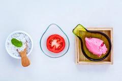 Il pomodoro alternativo di cura di pelle sfrega, fetta del pomodoro e sale marino s Immagine Stock Libera da Diritti
