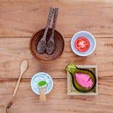 Il pomodoro alternativo di cura di pelle sfrega, fetta del pomodoro e sale marino s Fotografie Stock