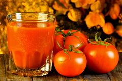 Il pomodoro rosso è una grande bacca popolare, succo sano Il pomodoro è alimento saporito e sano Il pomodoro nella cottura è insa immagini stock