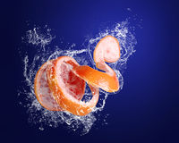 Il pompelmo rosso in acqua spruzza Fotografia Stock