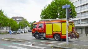 Il pompiere con i fari rotanti blu ha girato sopra l'azionamento della via video d archivio