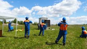 Il pompiere estingue l'esercizio dell'orologio dei candidati e del fuoco archivi video