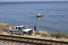 Il pompiere osserva gli sforzi cleaing di caduta di olio a Refugio State Immagini Stock