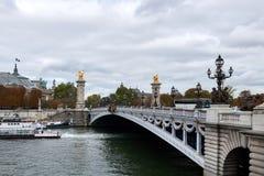 Il Pont Alexandre III è un ponte dell'arco della piattaforma che misura la Senna a Parigi immagini stock libere da diritti