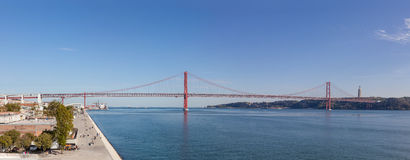 Il pont de 25 de Abril enjambant au-dessus du Tage Image libre de droits