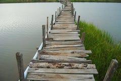 Il ponte è fatto di legno Fotografia Stock