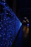 Il ponte è ornato con una luce blu. Immagine Stock Libera da Diritti