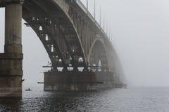 Il ponte è scomparso nella nebbia Una nebbia spessa Immagine Stock Libera da Diritti