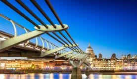 Il ponte alla notte, Londra di millennio immagini stock