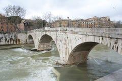 Il ponte anscient attraverso il fiume di Tibre. Fotografia Stock