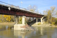 Il ponte attraverso il fiume Protoka nella città di Slavyansk-su fotografia stock